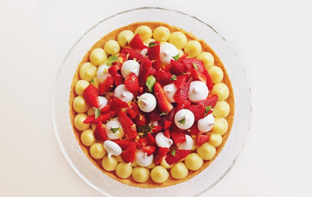 Tarte printanière : sablé breton, fraises, citron, basilic & meringues