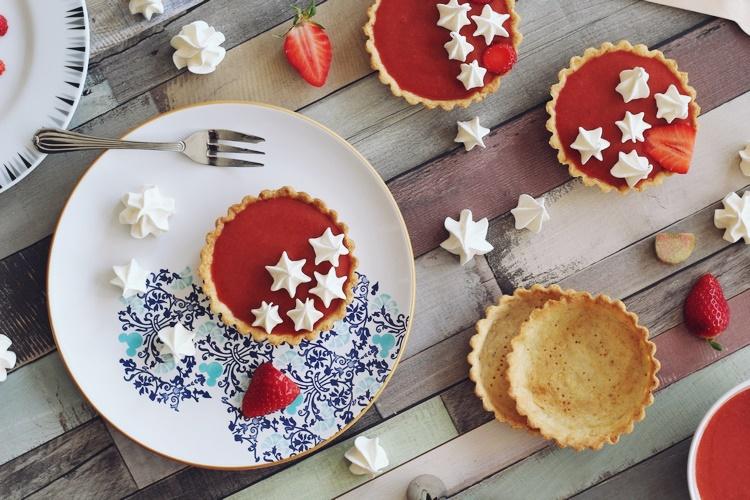 Tartelettes rhubarbe, fraises et meringues craquante